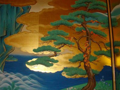 日本传统绘画_壁画是从东京调来的日本传统绘画名师绘就,上面镶嵌金箔,非常昂贵.