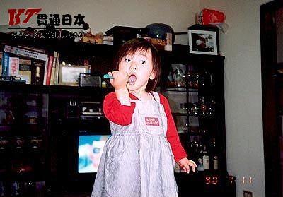 原来牙刷也是她的玩具