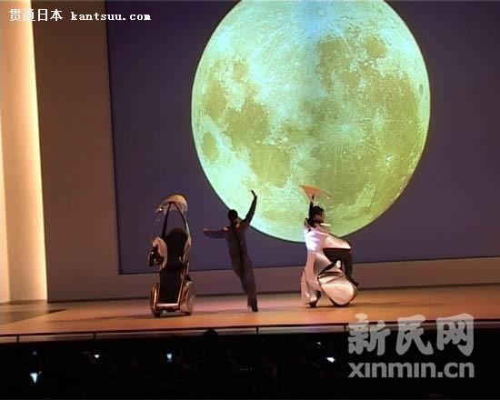 器人向观众表演小提琴演奏 茉莉花