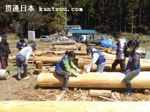 志愿者在帮灾区居民清理木头 图片由受访者提供