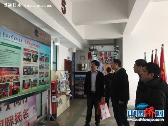 中国侨网代表团听取华侨大学介绍。