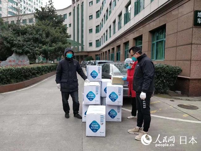千套防护服运抵武汉市中心医院。
